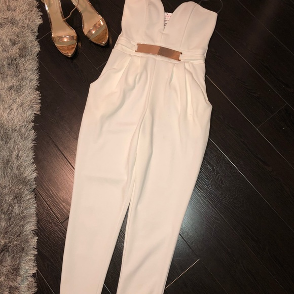 075e4a296a5 White Jumpsuit with Gold Belt - Size M NWT 🌸🌸
